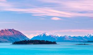 傍晚湖泊中的小島攝影圖片
