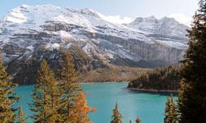 雪山下的藍色湖泊攝影圖片