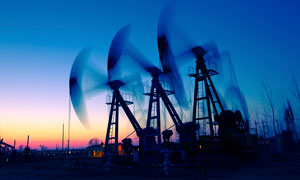 傍晚美丽的油田风光摄影图片