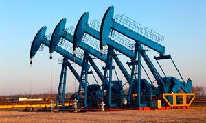 傍晚油田上成排的抽油机摄影图片