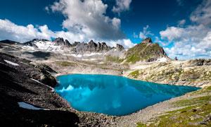 大山中的藍色湖泊攝影圖片