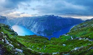 峽谷下的藍色湖泊攝影圖片
