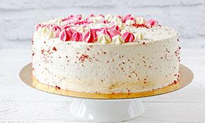 盘子中的奶油生日蛋糕摄影图片