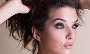 手抓著頭發的妝容美女攝影原片素材
