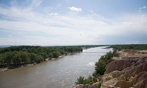 藍天白云與河兩岸風光攝影原片素材