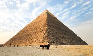 蓝天白云下的金字塔景观摄影图片