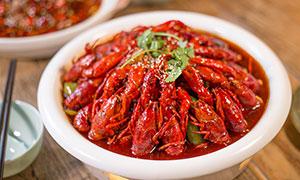 盆中的香辣小龙虾摄影图片