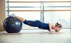 健身球輔助的斜板支撐美女高清圖片