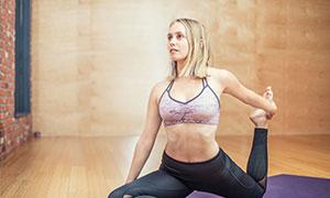 齊肩短發造型瑜伽美女攝影高清圖片