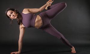 深紅色服飾的瑜伽美女攝影高清圖片