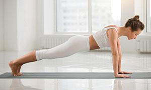 健身房斜板式瑜伽美女攝影高清圖片