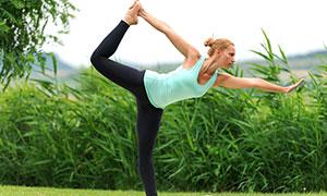 青青草地上的瑜伽美女攝影高清圖片