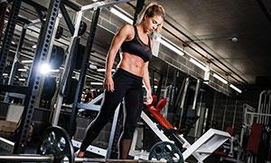 健身房里增肌塑形美女攝影高清圖片
