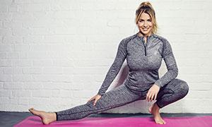 灰色服飾瑜伽運動美女攝影高清圖片