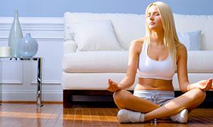 在冥想打坐的金發美女攝影高清圖片