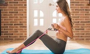 彈力繩輔助訓練的美女攝影高清圖片