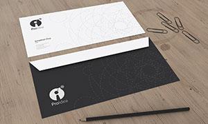 桌面上的信封主题样机模板分层素材