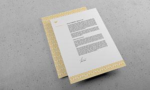 交错摆放的信纸样机模板分层源文件