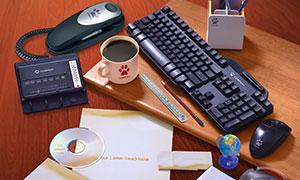 桌面上的名片信封与光盘等样机模板