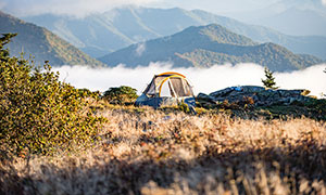 大山中露宿的帳篷攝影圖片