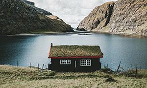 大山中湖邊的小屋攝影圖片