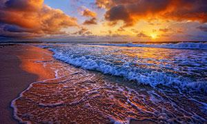 傍晚海邊滾滾而來的海浪攝影圖片