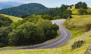 大山中弯曲的山路美景摄影图片