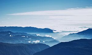 霧氣繚繞的山頂美景攝影圖片