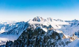 藍天下的雪山山頂景觀攝影圖片