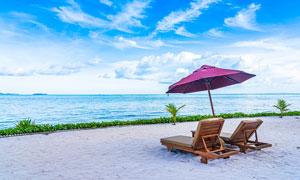 海邊沙灘上的靠椅和遮陽傘攝影圖片