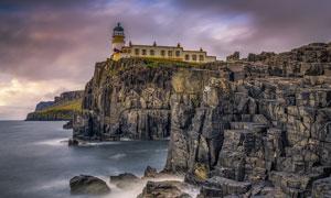 海邊懸崖上的燈塔攝影圖片