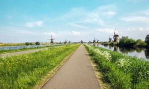 河邊的小路和風車攝影圖片