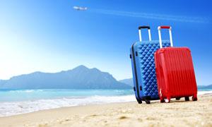沙灘上的行李箱攝影圖片