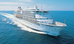 大海中航行的高級游輪攝影圖片