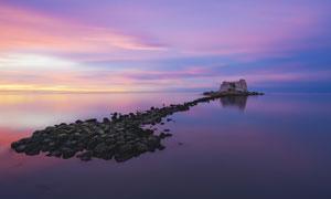 黃昏下大海中的小島景觀攝影圖片
