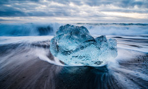 海邊漂浮的巨型浮冰攝影圖片