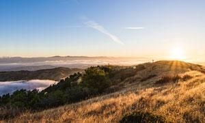 山頂美麗的日出高清攝影圖片
