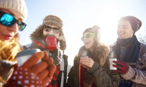 冬季喝水暖身体的国外游客摄影图片