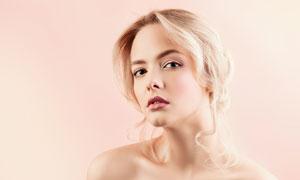 露肩的金发美女摄影图片