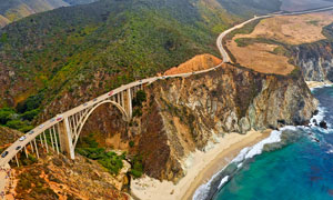 海邊懸崖峭壁上的大橋攝影圖片