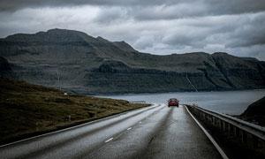 乌云下的海边公路景观摄影图片