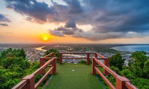山頂下的觀景臺和夕陽美景攝影圖片