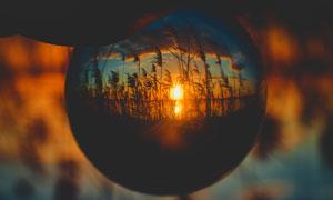水晶球中的夕陽美景攝影圖片