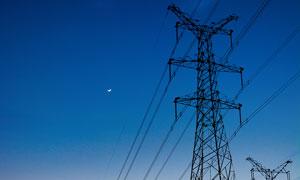 傍晚壯觀的高壓電塔攝影圖片
