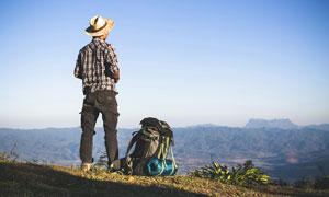 山頂的旅行者和背包攝影圖片