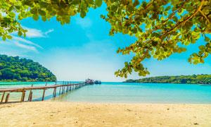 藍天白云下的海邊度假村高清攝影圖片