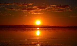 夕陽下的湖邊美景高清攝影圖片