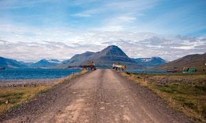 蓝天白云下的道路景观摄影图片