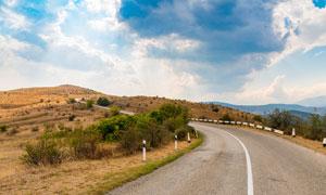 山坡上的公路景观摄影图片