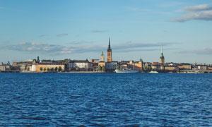 蓝天下的海边城市摄影图片